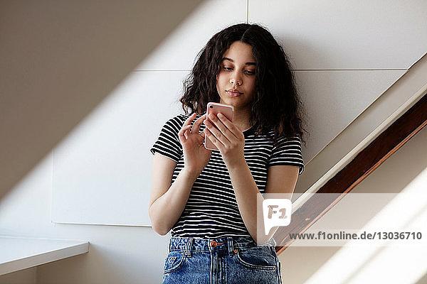 Teenager-Mädchen schreibt im Zimmer SMS