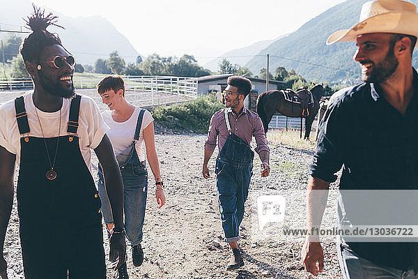 Cowboy mit jungen erwachsenen Freunden auf dem Reitplatz  Primaluna  Trentino-Südtirol  Italien