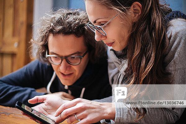 Paar benutzt Smartphone im Café