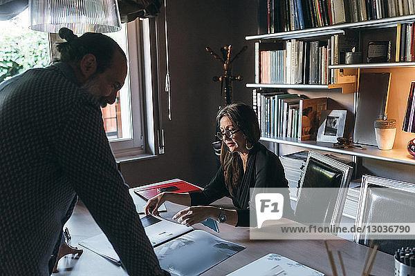 Ehepaar  das im Home-Office arbeitet