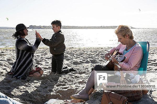 Drei-Generationen-Familie genießt Strand