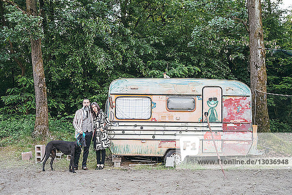 Paar Spaziergangshunde bei Wohnwagen