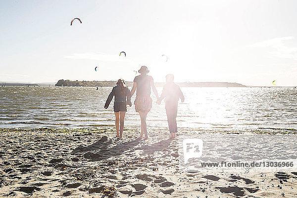 Mutter mit Sohn und Tochter am Strand