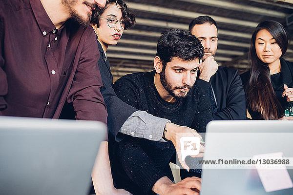 Designer zeigt Präsentation vor Kollegen im Studio