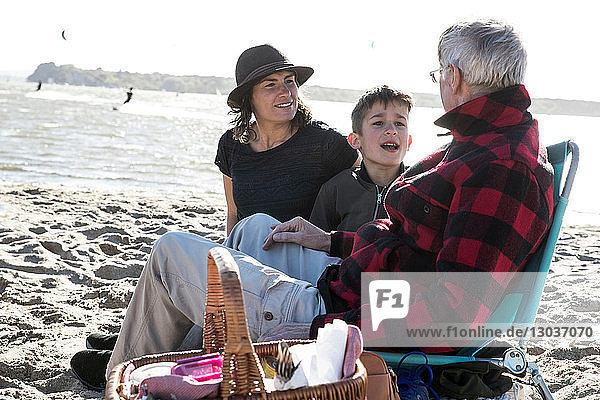 Älterer erwachsener Mann mit Tochter und Enkel am Strand