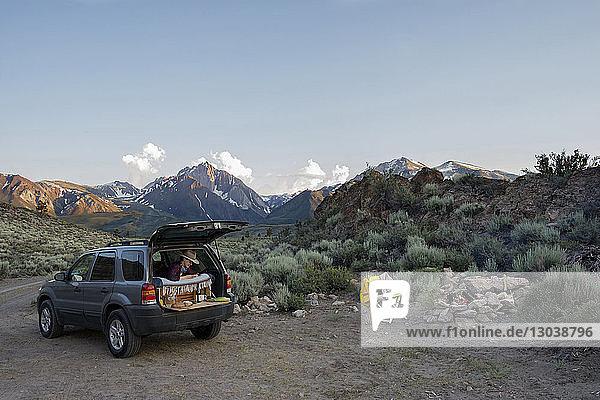 Wanderin im Geländewagen gegen Mount Morrison