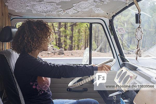Seitenansicht der Frau am Steuer eines Wohnwagens