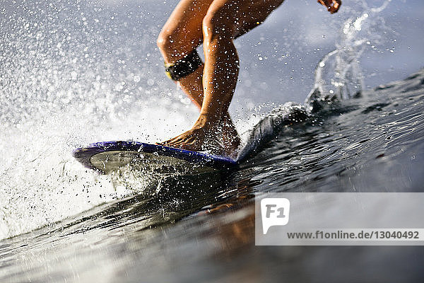 Niedriger Anteil von Frauen  die im Meer surfen Niedriger Anteil von Frauen, die im Meer surfen
