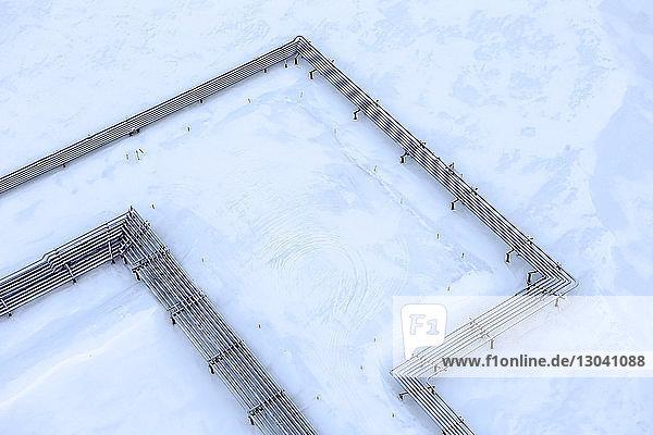 Nahaufnahme der Pipeline-Anbindung auf Schnee