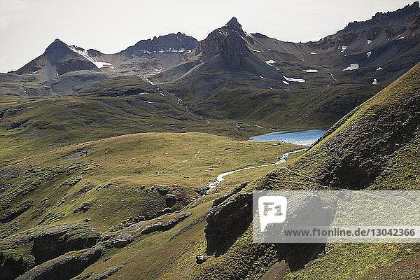 Hochwinkelansicht des Eissees inmitten der Berge