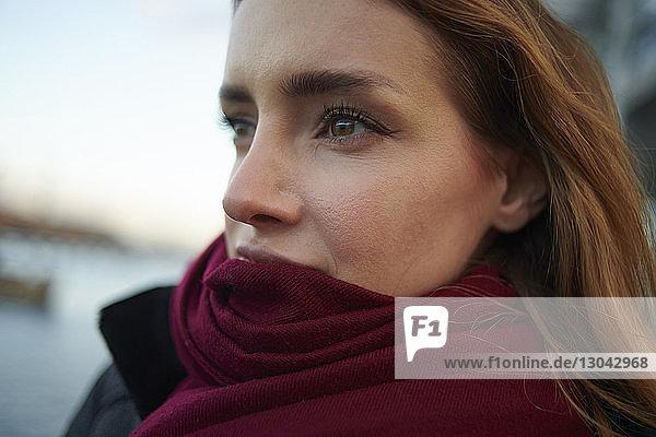 Nahaufnahme einer nachdenklichen Frau  die einen Schal im Freien trägt