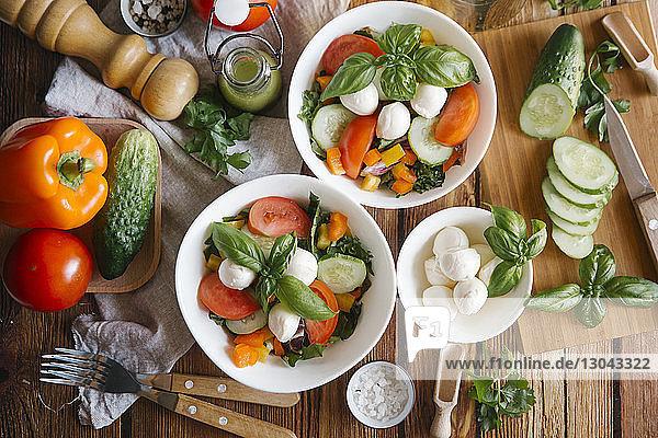 Hochwinkelansicht von Lebensmitteln auf dem Tisch