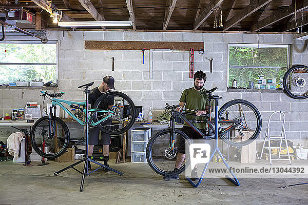 Mechaniker reparieren Mountainbikes im Fahrradgeschäft
