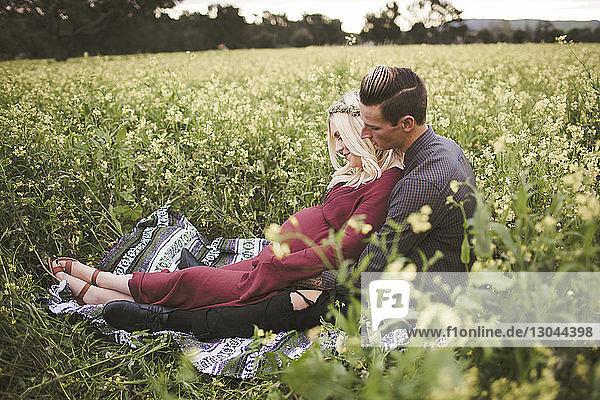 Paar entspannt sich in voller Länge auf einer Decke