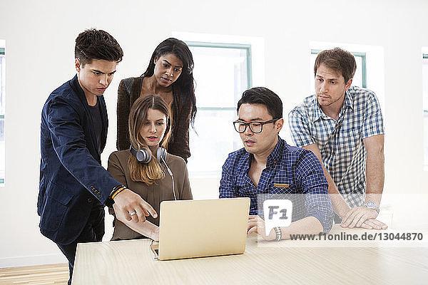 Geschäftsleute mit Laptop im Kreativbüro