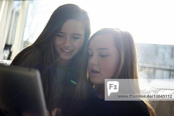 Freundinnen schauen auf Tablet-Computer