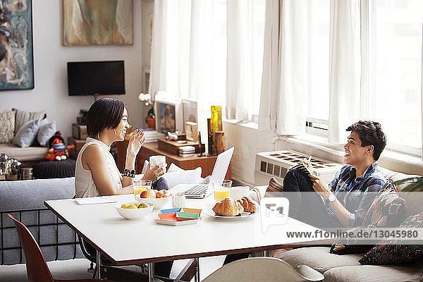 Fröhliches Paar verbringt seine Freizeit im Wohnzimmer