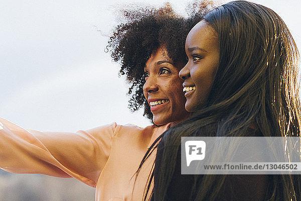 Lächelnde Geschäftsfrauen blicken weg