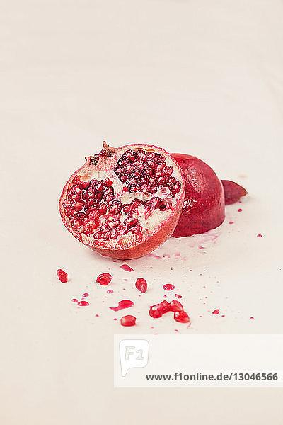 Nahaufnahme eines Granatapfels auf weißem Hintergrund