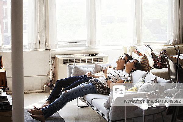 Entspanntes junges Paar  das zu Hause auf dem Sofa liegt
