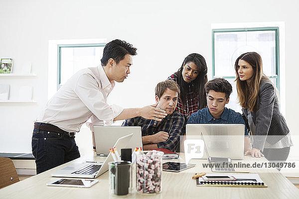 Geschäftsmann erklärt Kollegen im Kreativbüro die Strategie