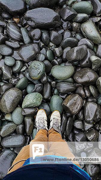 Niedriger  auf Steinen stehender Mann
