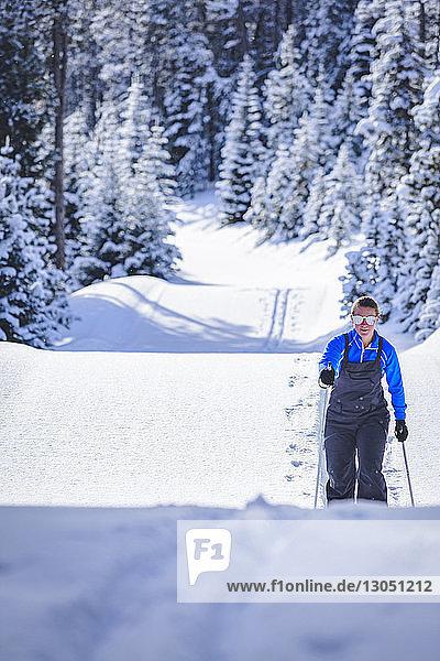 Frau wandert auf schneebedecktem Feld