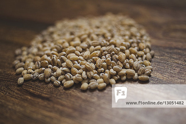 Nahaufnahme von Weizen auf Holztisch