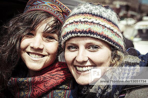 Porträt von lächelnden Freunden