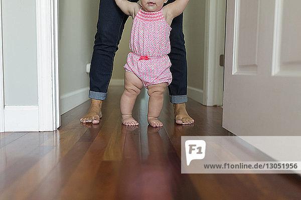 Niedriger Anteil der Mutter  die das Mädchen zu Hause beim Gehen unterstützt