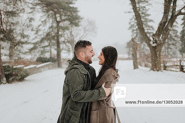 Umarmung eines Paares in verschneiter Landschaft  Georgetown  Kanada