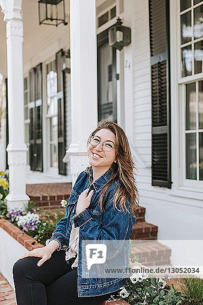 Junge Frau sitzt an der Dorfwand  Porträt  Menemsha  Martha's Vineyard  Massachusetts  USA