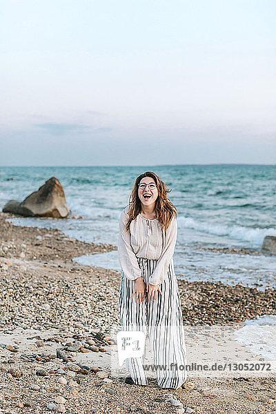 Junge Frau lachend am Strand  Porträt  Menemsha  Martha's Vineyard  Massachusetts  USA