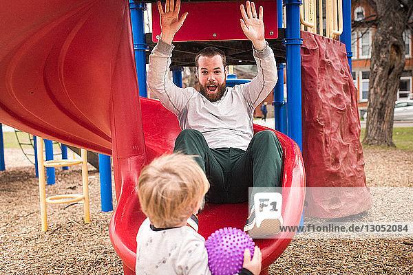 Junge sieht Vater beim Dia-Spiel an
