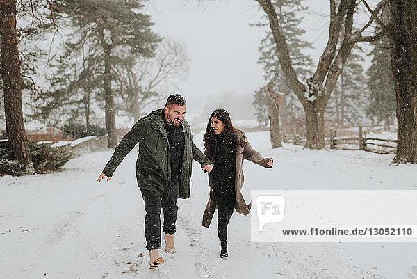 Paar läuft in verschneiter Landschaft  Georgetown  Kanada