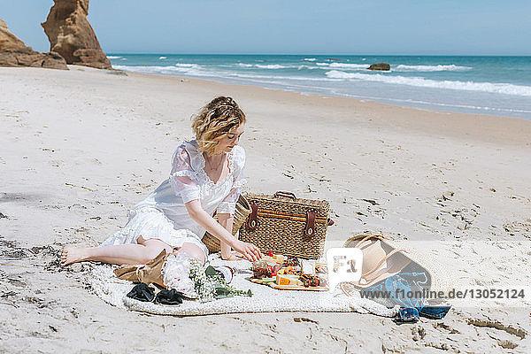 Junge Frau beim Picknick am Strand  Menemsha  Martha's Vineyard  Massachusetts  USA