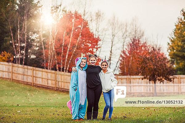Mädchen in Halloween-Kostüm posieren im Park