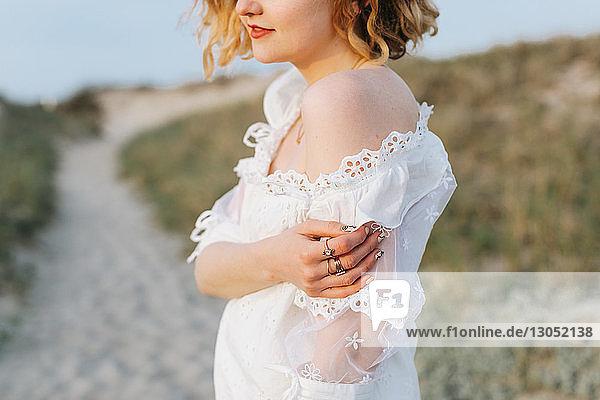 Junge Frau in weißem Kleid auf Küstendünen  beschnitten  Menemsha  Martha's Vineyard  Massachusetts  USA