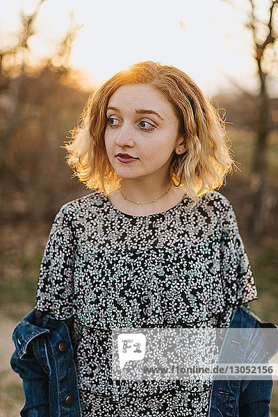Blondhaarige junge Frau mit seitlichem Blick  Menemsha  Martha's Vineyard  Massachusetts  USA