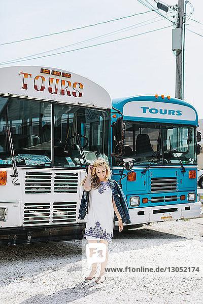 Junge Frau vor Reisebussen,  Menemsha,  Martha's Vineyard,  Massachusetts,  USA
