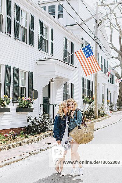 Zwei junge Freundinnen auf der Dorfstrasse  Porträt  Menemsha  Martha's Vineyard  Massachusetts  USA