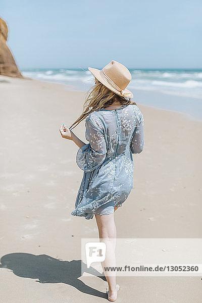 Barfüßige junge Frau beim Strandspaziergang  Menemsha  Martha's Vineyard  Massachusetts  USA
