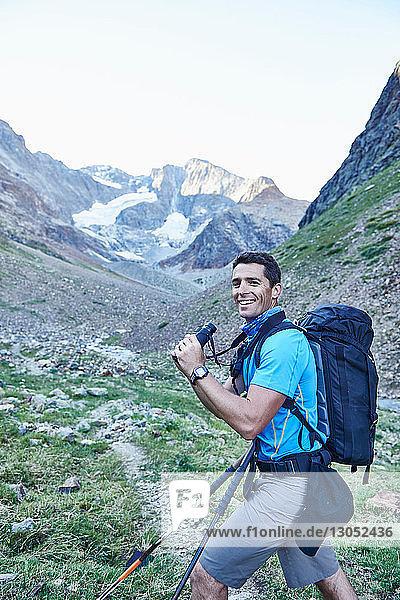 Wanderer mit Fernglas  Mont Cervin  Matterhorn  Wallis  Schweiz