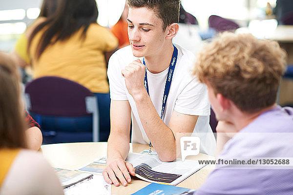 Hochschulstudenten  die im Hochschulunterricht an einem Projekt arbeiten