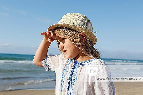 Süßes Mädchen am Strand  das seine Augen schützt  Castellammare del Golfo  Sizilien  Italien