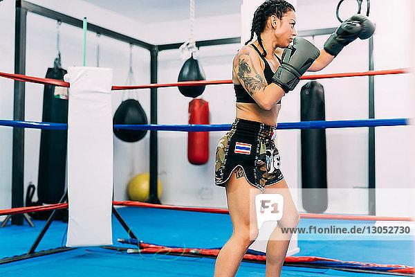 Boxerin übt im Boxring