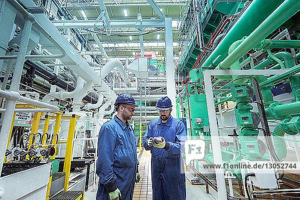 Ingenieure in der Turbinenhalle eines Kernkraftwerks