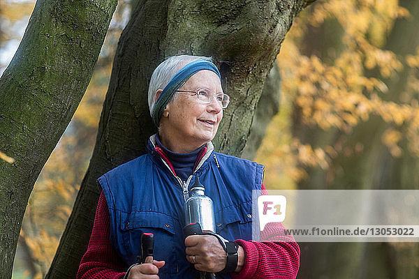 Ältere Frau ruht sich vom Spaziergang im Park aus