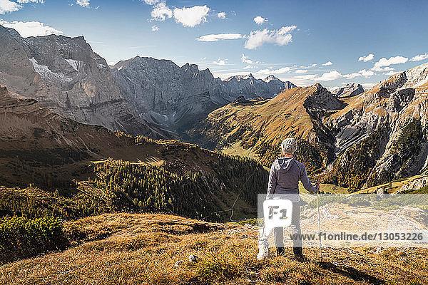 Wanderer und Haushund genießen Aussicht  Karwendelregion  Hinterriss  Tirol  Österreich
