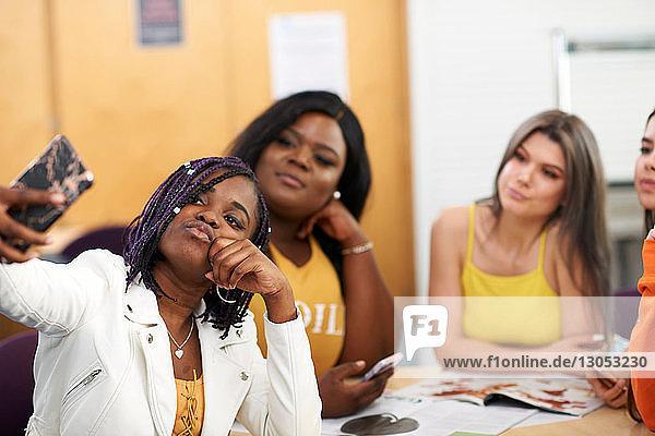 Studentinnen  die sich im College-Klassenzimmer selbstständig machen